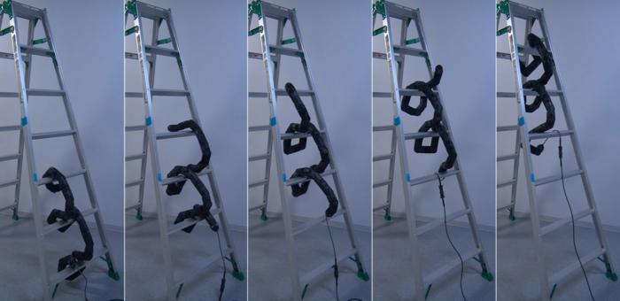 Робот–змея, который способен подниматься по лестнице